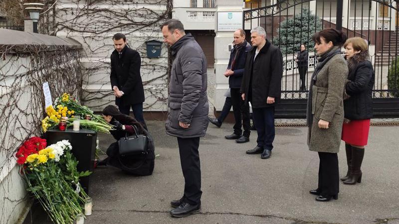 Deputaţii fracţiunii Platformei DA au depus flori la Ambasada Ucrainei din Republica Moldova
