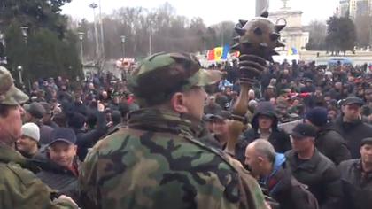 Ветераны войны на Днестре, протестующие перед зданием правительства, заблокировали проспект Штефан чел Маре